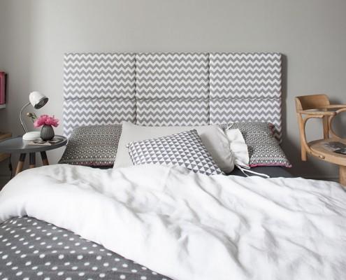 Szary panel tapicerowany w sypialni łóżko w sypialni