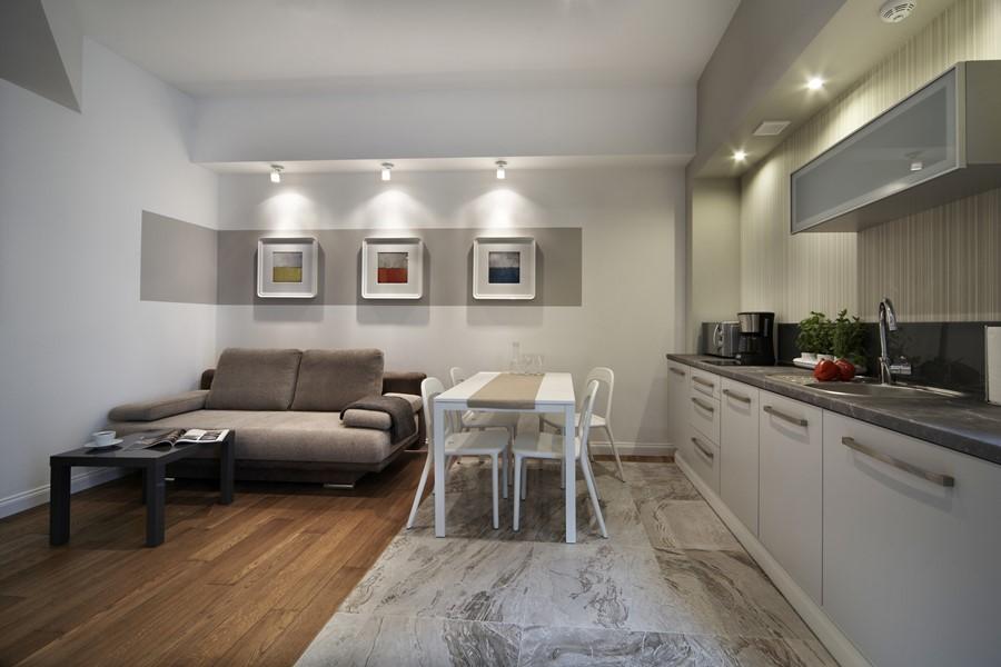 Aranżacja salonu z aneksem kuchennym Pracownia projektowa artMOKO