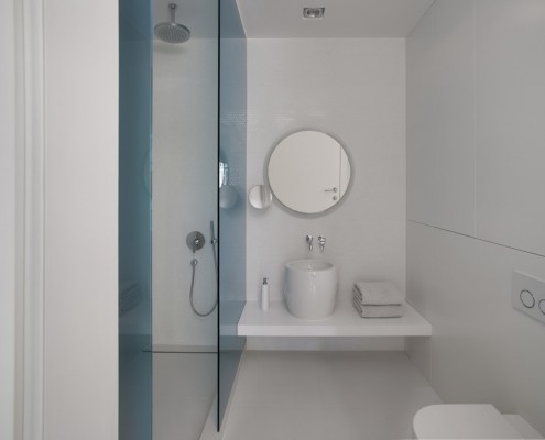 Biała łazienka z dużym prysznicem EXITDESIGN