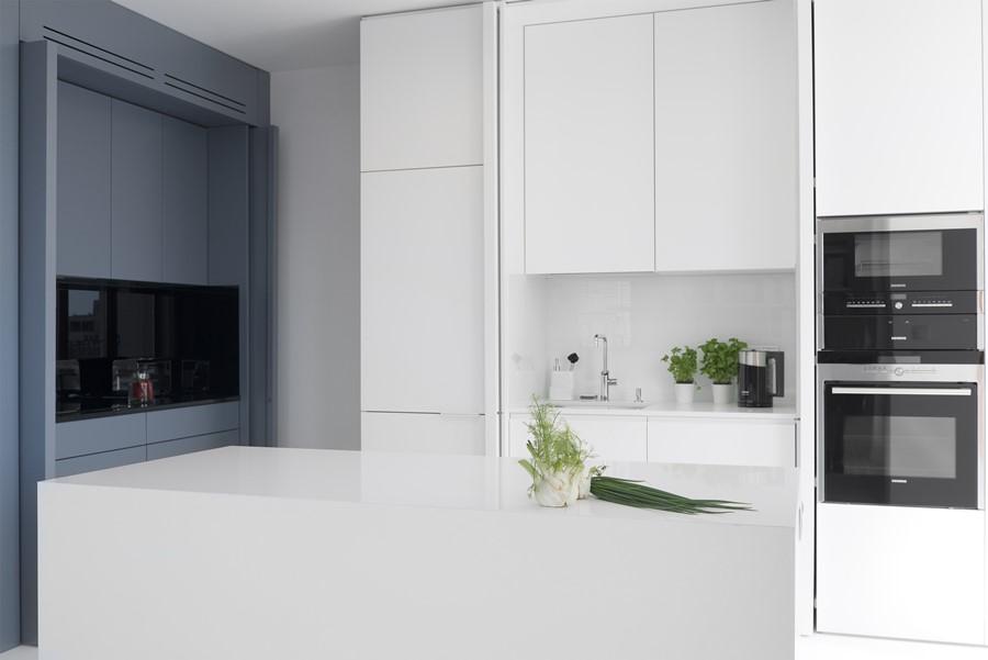Biała kuchnia w salonie  Architektura, wnętrza   -> Kuchnie W Salonie