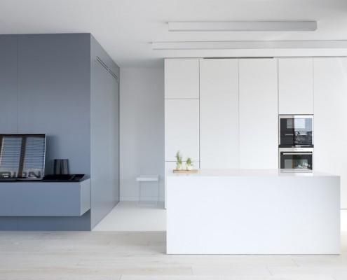 Biała kuchnia w salonie Minimoo