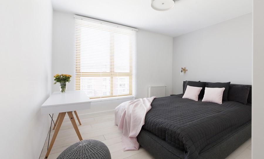 Minimalistyczna sypialnia w jasnych kolorach Minimoo