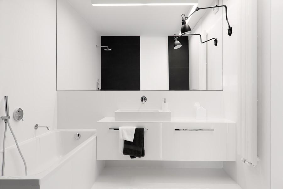 Nowoczesna łazienka w czerni i bieli - Architektura, wnętrza, technologia, design - HomeSquare