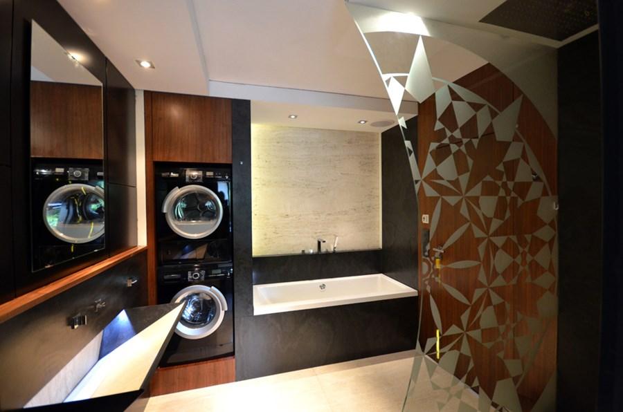Nowoczesna łazienka bez kafli z drewnem