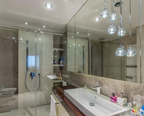 Nowoczesna łazienka z dużym prysznicem Intellio designers