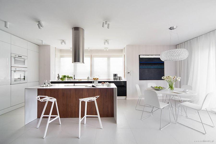 Otwarta kuchnia z małą jadalnią Widawscy Studio Architektury