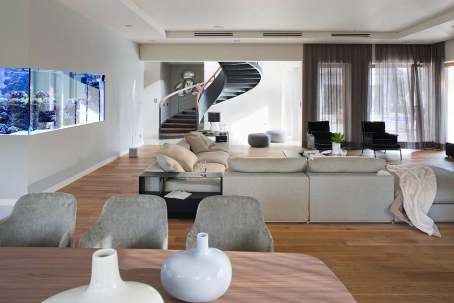 Otwarty pokój dzienny w nowoczesnym stylu