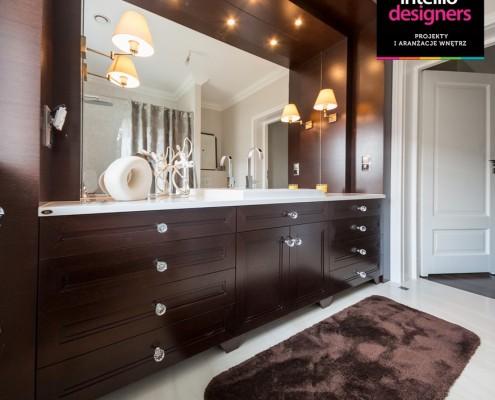 Stylowa łazienka w brązie i bieli Intellio designers