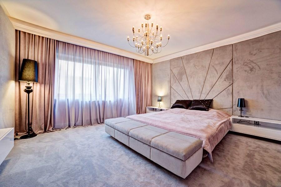 stylowa sypialnia w kolorze delikatnego r243żu inspiracja