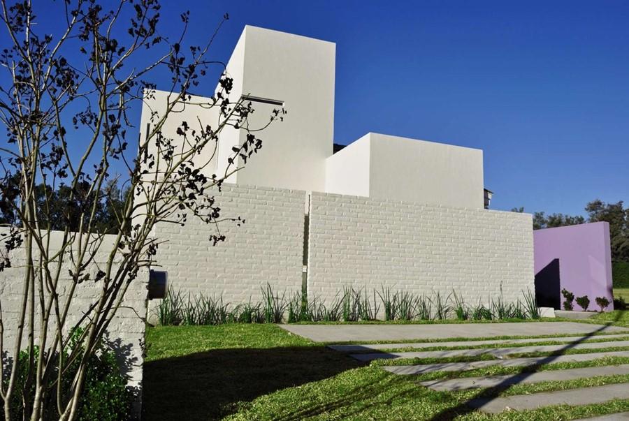 nowoczesny ogród - jego granice wyznaczają ceglane murki pomalowane na biało