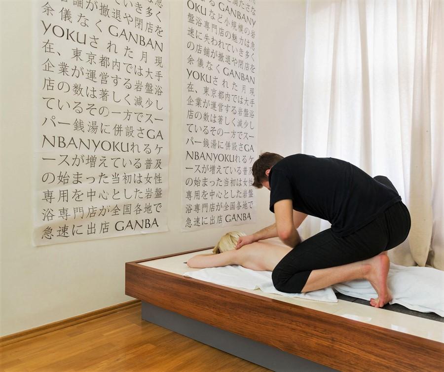 kamienne łóżko do sauny japońskiej