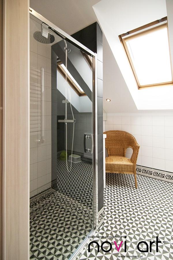 Łazienka na poddaszu z prysznicem - Architektura, wnętrza, technologia, design - HomeSquare
