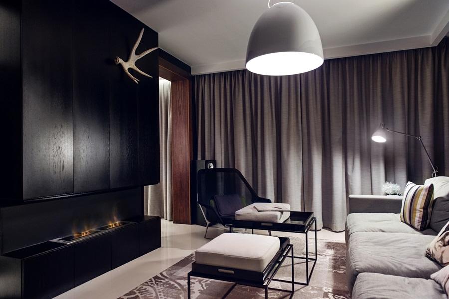 Aranżacja salonu z biokominkiem w ciemnych barwach