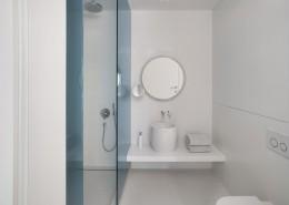 Biała mała łazienka z prysznicem aranżacje wnętrz