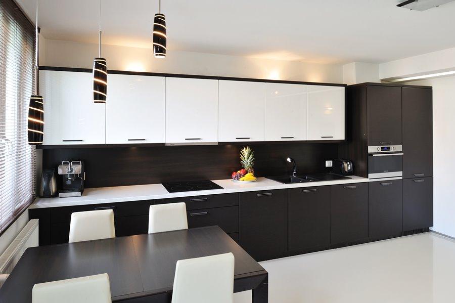 Czarno-biała Kuchnia otwarta czy zamknięta aranżacje wnętrz