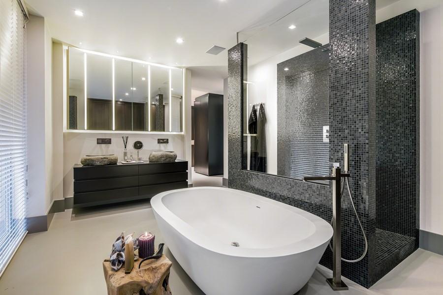 Duża łazienka z mozaiką inspiracje