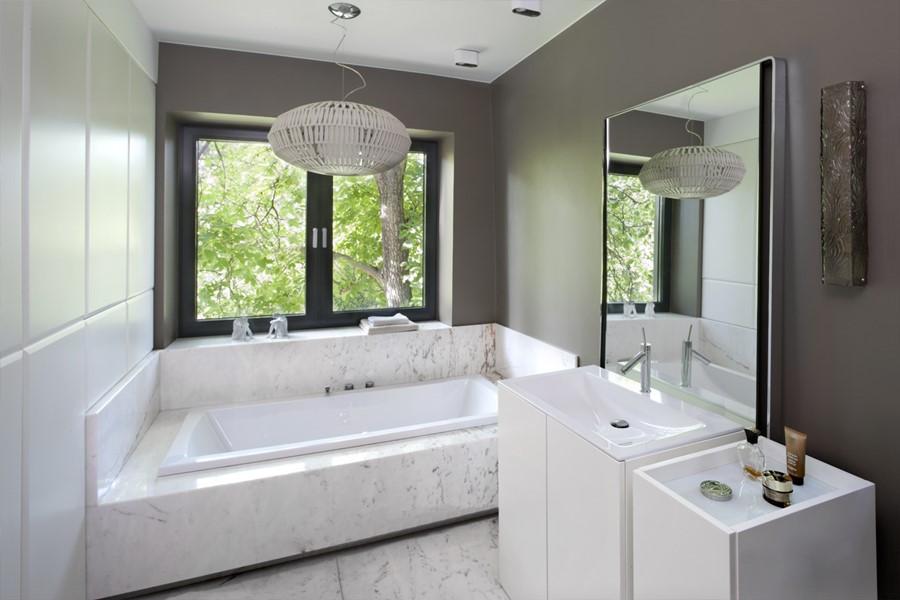 Duża łazienka z zabudowana wanną jak urządzić