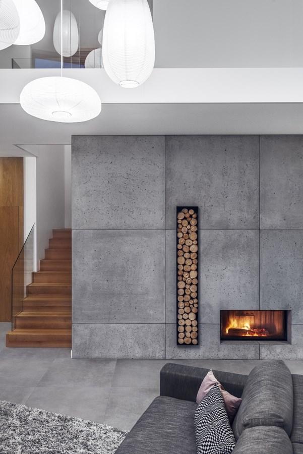 Industrialna aranżacja salonu z kominkiem beton architektoniczny