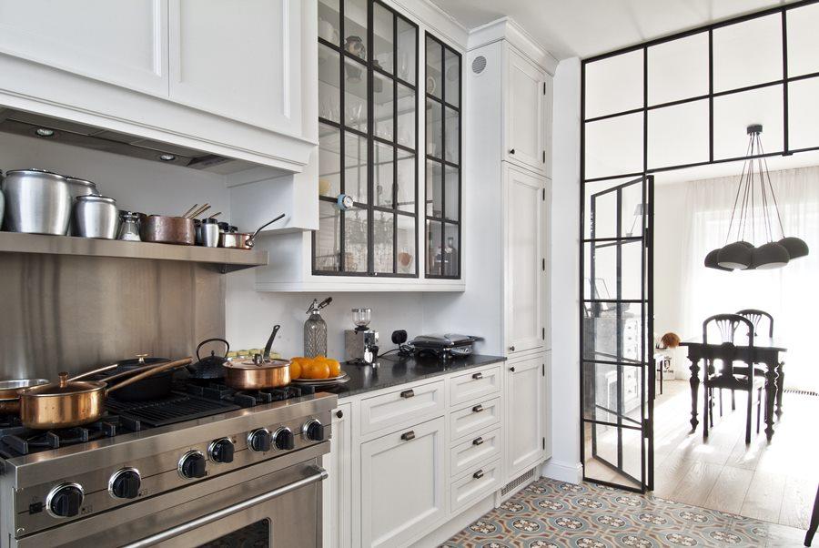 Kuchnia otwarta czy zamknięta styl klasyczny szklane przepierzenie