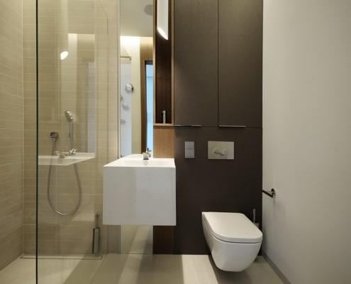 Minimalistyczna łazienka z przeszklonym prysznicem Formativ