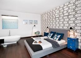 Nowoczesna tapeta w sypialni połączona z łazienką