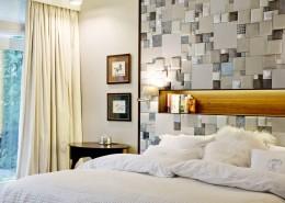 Przytulna sypialnia tapicerowana ściana jak urządzić
