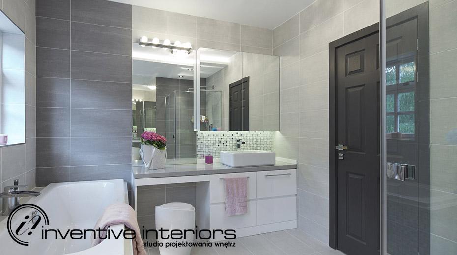 Siwa łazienka z delikatną mozaiką Inventive Interiors