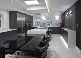 Wystrój nowoczesnej kuchni połączonej z jadalnią Inventive Interiors