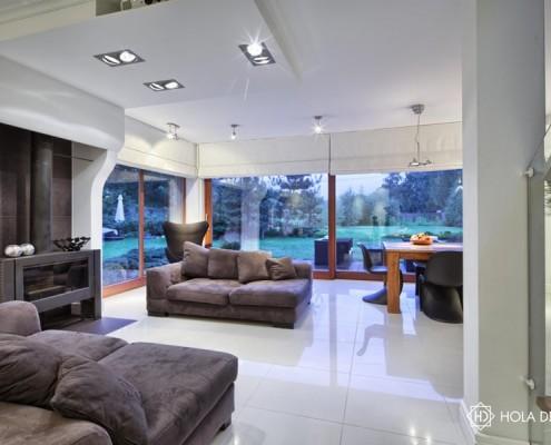 Aranżacja salonu z kominkiem i jadalnią Hola Design
