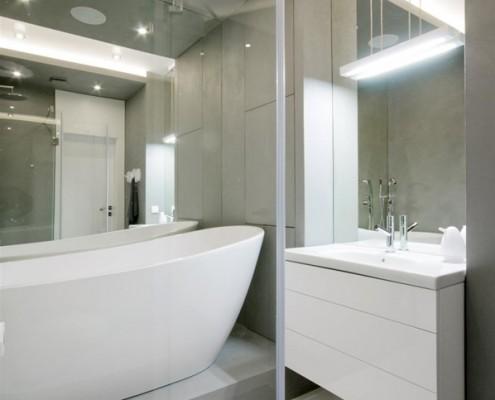 Biało-szara łazienka z prysznicem i wanną Hola Design