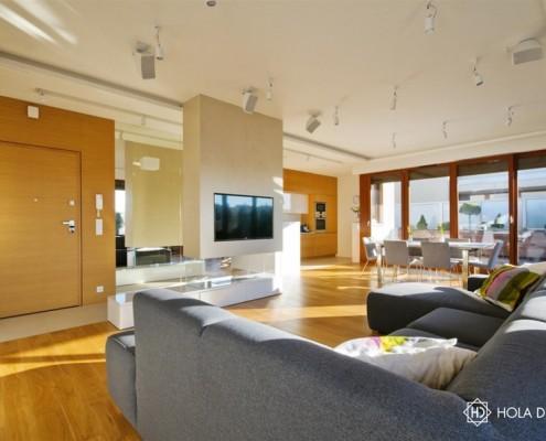 Biel i drewno w salonie z kuchnią i jadalnią Hola Design