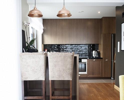 Brązowa zabudowa kuchenna w stylu modern classic Finchstudio