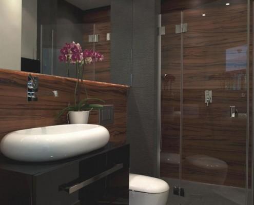 Ciemne drewno w małej łazience z prysznicem Hola Design