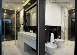 Czarna glazura w białej łazience Inveintive Interiors