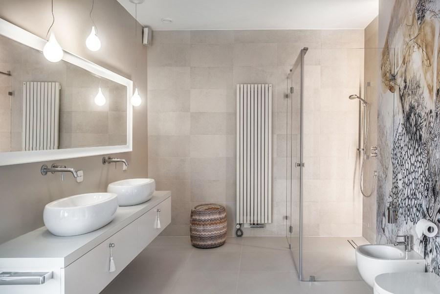 Duża łazienka z wanną i prysznicem Formativ