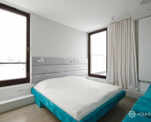 Niebieski akcent w minimalistycznej sypialni Hola Design