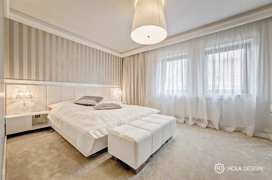 Piękna sypialnia w jasnych kolorach ecru i bieli