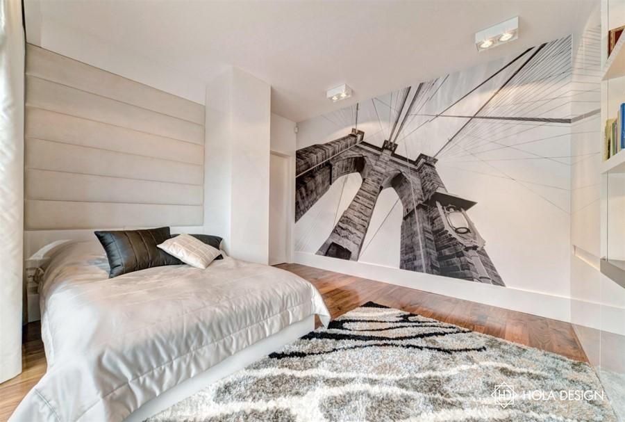 Piękna sypialnia ze ścienną grafiką styl minimalistyczny