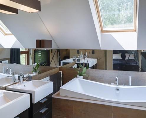 Podwójna umywalka w łazience na poddaszu Hola Design