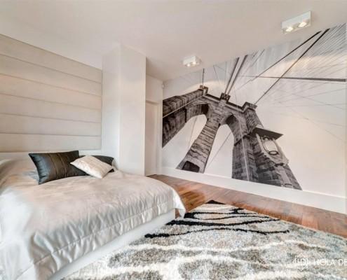 Stylowa sypialnia ze ścienną grafiką Hola Design