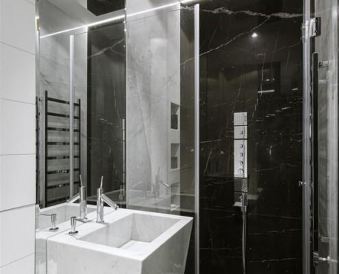 Umywalka Wolnostojąca I Prysznic W Małej łazience