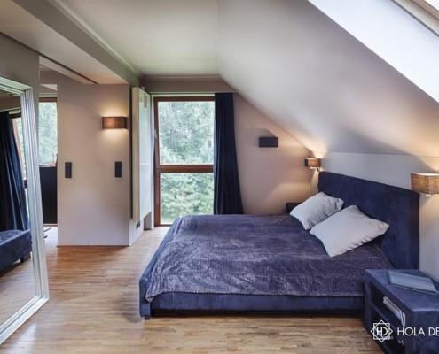 Wystrój minimalistycznej sypialni na poddaszu Hola Design - pomysł na poddasze