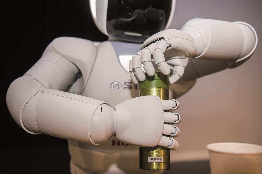 Asimo Robot humanoidalny otwiera butelkę