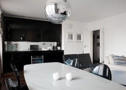 Biały salon z czarną zabudową kuchenną Casamila