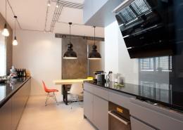 Industrialna kuchnia połączona z jadalnią Casamila