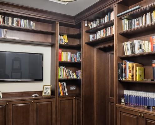 Klasyczna biblioteka w ciemnym drewnie RS Studio Projektowe