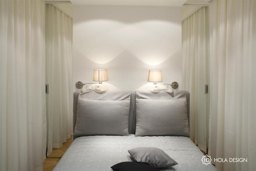 Mała sypialnia z przesuwnymi drzwiami projektowanie oświetlenia