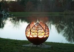 Nastrojowe palenisko ogrodowe z roślinnym motywem The Fire Pitt Gallery