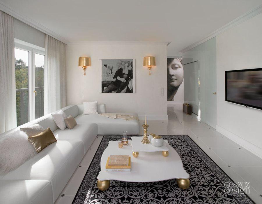 Złote kinkiety w salonie stylowe oświetlenie