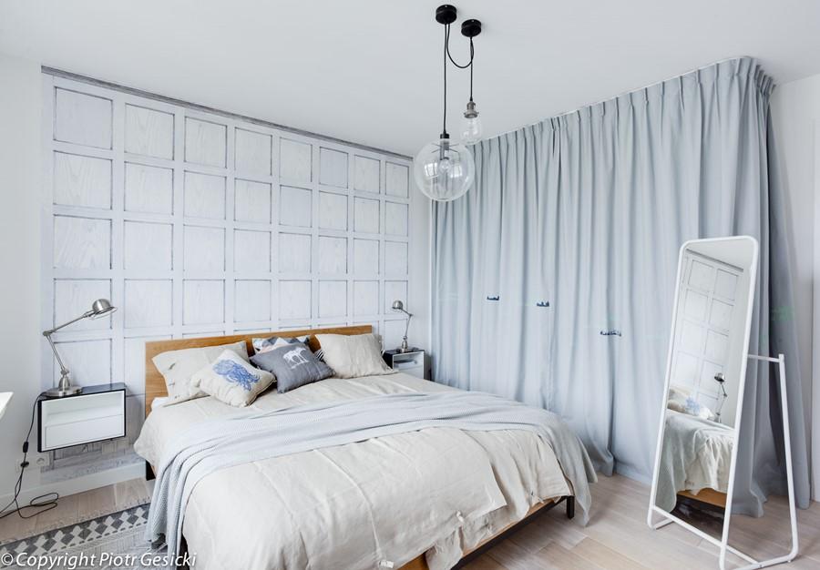 Ładne mieszkanie sypialnia w błękicie